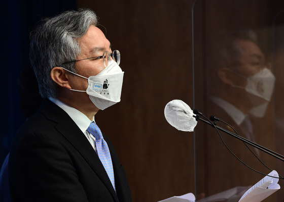 Rep. Choe Kang-wook of the Open Minjoo Party holds a press conference on Friday to announce his bill.  [YONHAP]