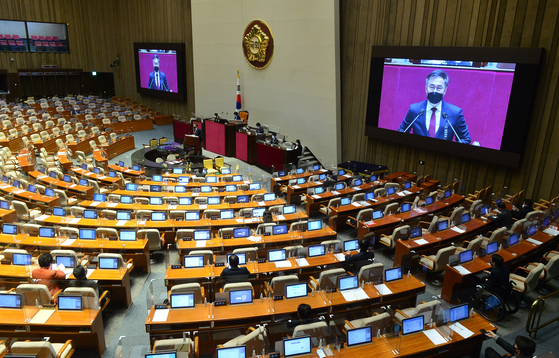 An opposition lawmaker of the People Power Party speaks during a continuing filibuster debate at the National Assembly Monday to block the passage of a bill banning the spread of propaganda leaflets into North Korea. The ruling Democratic Party is expected to end the filibuster with its majority Monday evening and pass the bill. [YONHAP]