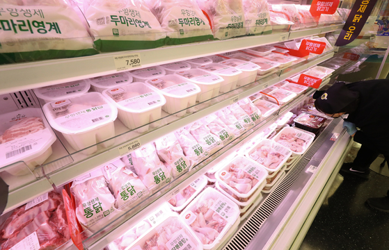 Chickens and duck meat are displayed at a supermarket in central Seoul on Tuesday. According to the Ministry of Agriculture, Food and Rural Affairs, the price of one kilogram (2.2 pounds) of chicken rose to 1,362 won ($1.24) Tuesday, up 5.7 percent compared to Nov. 26, when a highly pathogenic strain of avian influenza was first detected. During the same period, the price of duck meat also increased by 20.5 percent to 1,694 won. [YONHAP]