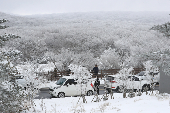 Mount Halla on Jeju Island is blanketed in snow Tuesday. The Korea Meteorological Administration predicted temperatures as low as minus 11 degrees Celsius (12.2 degrees Fahrenheit) in Seoul Wednesday morning. [YONHAP]
