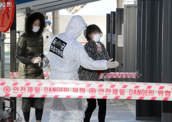 Special Forces soldiers guide visitors at a Covid-19 testing site in Yongsan District, central Seoul, Monday. [NEWS1]