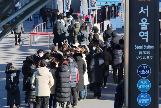 People line up at a Covid-19 testing site at Seoul Station Square in central Seoul Tuesday. [YONHAP]