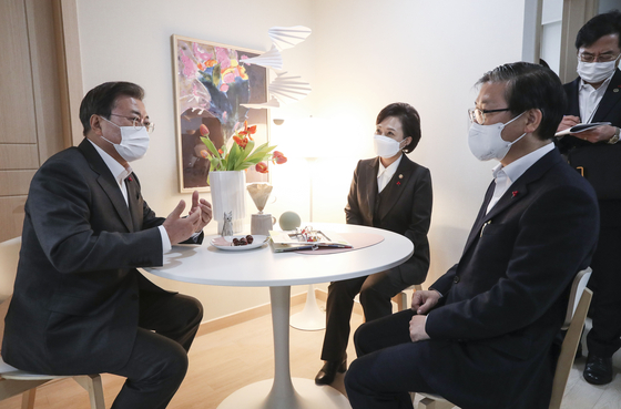 On a tour of a 26-square-meter (280-square-feet) public apartment in Dongtan, Gyeonggi, President Moon Jae-in talks with outgoing Land Minister Kim Hyun-mee and her replacement Byeon Chang-heum over ways to lower soaring apartment prices.