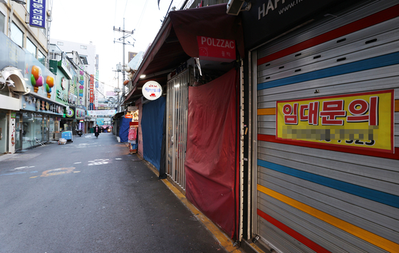 A street in Namdaemun Market in Jung District, central Seoul, is unusually empty and quiet on Tuesday. President Moon Jae-in on Monday urged the government in a meeting at the Blue House to quickly distribute the third round of emergency relief grants to small- and medium-sized business owners. [YONHAP]