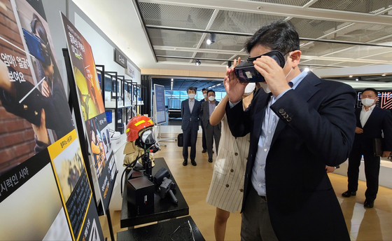 Samsung Electronics Vice Chairman Lee Jae-yong tries the Relumino app through a VR headset, which helps people with visual impairments see better. [NEWS1]