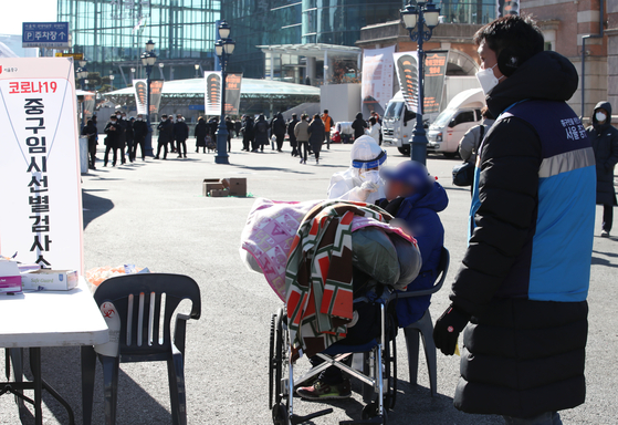 A homeless person receives a Covid-19 test at Seoul Station Square in central Seoul Monday amid the city's efforts to expand testing. [YONHAP]