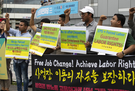Migrant workers protest against work permits that limit their choices to work under other employers in Seoul 2019. [YONHAP]