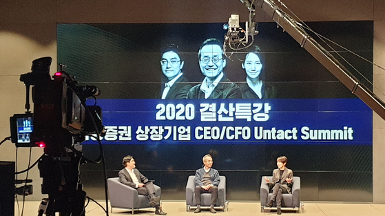 """Samsung Securities' """"Untact Summit"""" for chief executive officers and chief financial officers is filmed for online airing next week. The summit discusses financial market analysis and investment strategy. [SAMSUNG SECURITIES]"""