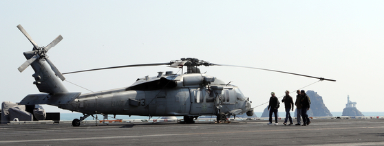 The MH-60S Seahawk maritime helicopter of the U.S. Navy sits on the USS Carl Vinson aircraft carrier in Busan Harbor in 2017. South Korea signed a contract to buy 12 of these choppers for over $870 million, its arms procurement agency said. [YONHAP]
