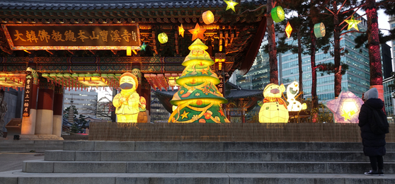 Christmas decorations light the entrance of Jogye Temple in Jongno District, central Seoul, Tuesday. The temple announced it would cancel its annual tree-lighting event with Christian religious leaders this year due to the pandemic. [YONHAP]