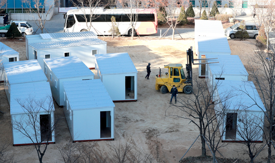 Workers set up shipping containers at the Seoul Medical Center in Jungnang District, eastern Seoul, Tuesday, to be used as Covid-19 treatment centers for patients with minor symptoms. [NEWS1]
