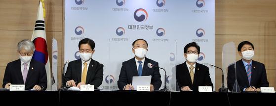 Finance Minister Hong Nam-ki, center, describes Korea's carbon neutrality road map at the government complex in Seoul on Dec. 7. [YONHAP]