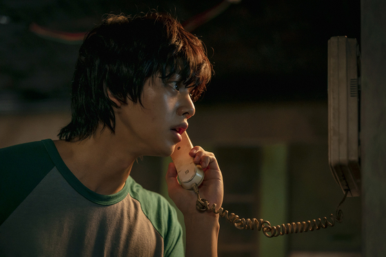 ″Sweet Home″ revolves around Hyun-soo (played by actor Song Kang), a recluse who decides to take his own life. However, he finds himself in an apocalypse in which people are turned into monsters. [NETFLIX]