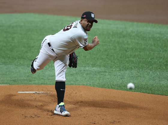 Odrisamer Despaigne throws a pitch for the KT Wiz during a postseason game against the Doosan Bears on Nov. 10. [YONHAP]