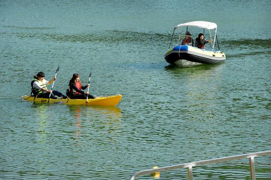 Visitors to Jecheon kayak in the Cheongpung Reservoir. [KOREA TOURISM ORGANIZATION]