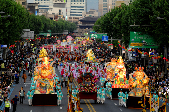 A parade during the annual Yeondeunghoe Lantern Lighting Festival. [YONHAP]