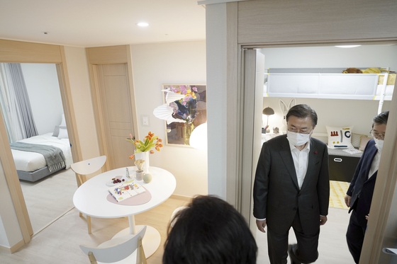 President Moon Jae-in looks around a well-decorated 280-square-foot public apartment in Dongtan, Gyeonggi, last week. [KIM SEONG-RYONG]
