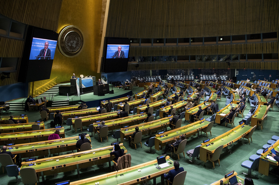 The UN General Assembly holds a special session in response to the Covid-19 pandemic at the UN headquarters in New York on Dec. 3. [XINHUA/YONHAP]