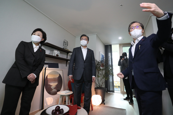 President Moon Jae-in, center, inspects a unit in a public housing project built by Korea Land and Housing Corporation on Dec. 11, 2020. Land Minister Kim Hyun-mee, left, and LH President Byeon Chang-heum accompanied him.  [YONHAP]