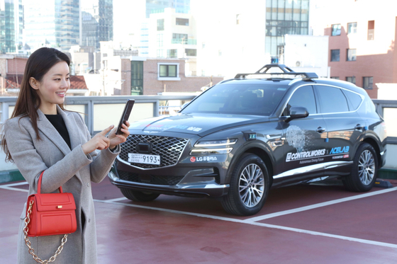 A team of Korean researchers including LG U+ demonstrate a self-driving parking technology at Seoul. [LG U+]