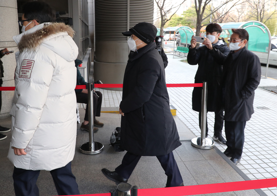 Former Busan Mayor Oh Keo-don steps into a warrant hearing for his arrest on Friday. The court turned down the request. [SONG BONG-GEUN]