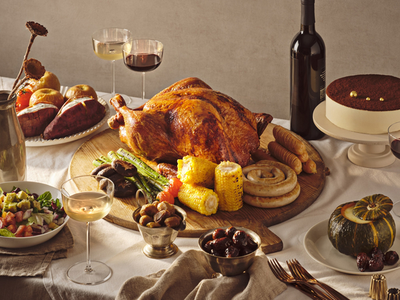 """Grand InterContinental Seoul Parnas' """"Holiday To Go"""" package targeting people who wish to eat hotel food at home. Three dishes are available in the package: turkey, BBQ pork ribs and Virginia ham. [GRAND INTERCONTINENTAL SEOUL PARNAS]"""