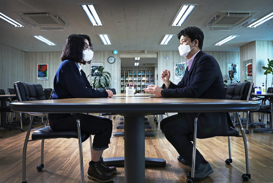 The reporter, left, sits down with Kim Jae-hyoung, head researcher at the official MBTI Assessment at the Korea MBTI Institute in western Seoul after taking the assessment. [PARK SANG-MOON]