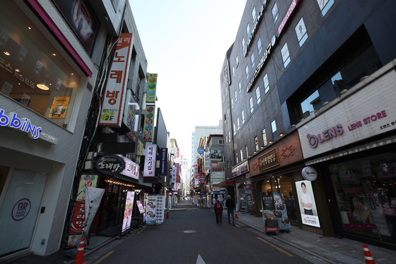 A street filled with stores in Jongno District, central Seoul, is empty at lunchtime on Sunday as daily coronavirus cases surpass 1,000 for five days in a row. [YONHAP]