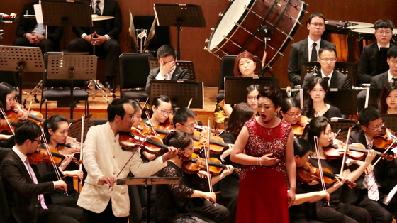 South Korean violinist Won Hyung-joon, left, and North Korean soprano Kim Song-mi perform together at the Shanghai Oriental Art Center last May in Shanghai. It is known to be the first joint performance between North Korean and South Korean classical musicians. [WON HYUNG-JOON]