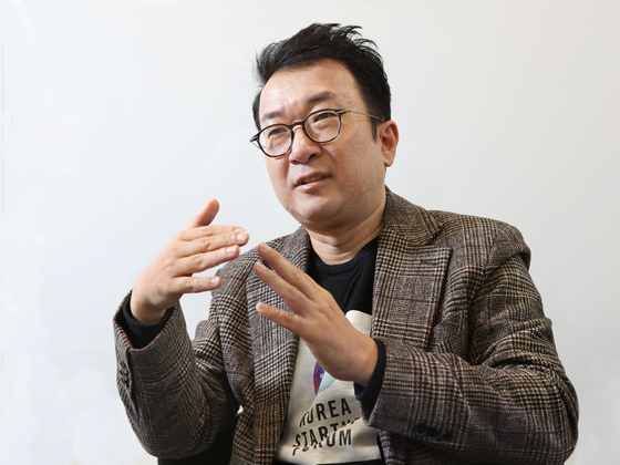 Choi Sung-jin, executive director at Korea Startup Forum, speaks at his office in Gangnam District, southern Seoul. [PARK SANG-MOON]
