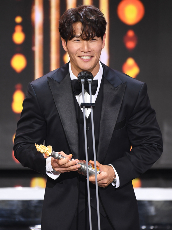 "Singer Kim Jong-kook gives a speech after winning the Grand Prize at the SBS Entertainment Awards for his roles in the variety show ""Running Man"" and the reality show ""My Ugly Duckling."" The ceremony was held on Saturday at the SBS Prism Tower in Sangam-dong, Western Seoul. [ILGAN SPORTS]"