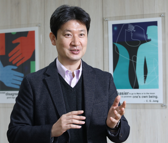 Kim Jae-hyoung, head researcher at the official MBTI Assessment at the Korea MBTI Institute in western Seoul, explains the difference between the official MBTI Assessment and online tests. [PARK SANG-MOON]