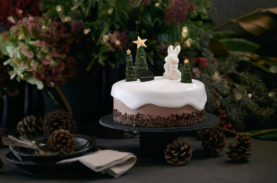 Lotte Hotel's Christmas-themed Black Forest cake. [LOTTE HOTEL]
