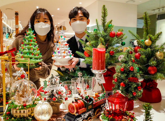 Models promote Christmas decorations at Hyundai Department Store. [HYUNDAI DEPARTMENT STORE]