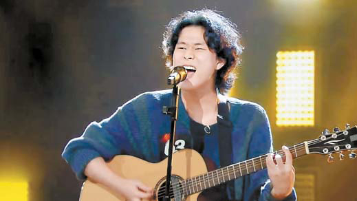 """Singer No. 63, singing during JTBC's """"Sing Again."""" The show assigns numbers to each singer rather than using their real names. [JTBC]"""