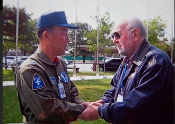 Col. Akrivos Tsolakis, right, a Greek veteran of the Korean War, during his visit to Seoul in 2010. [AKRIVOS TSOLAKIS]
