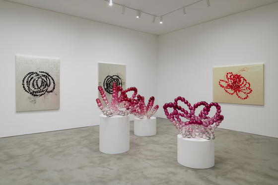 """The exhibition """"Jean-Michel Othoniel: New Works"""" at Kukje Gallery presents the celebrated French artist's latest glass works including the sculpture series """"Rose of the Louvre"""" in the photo. [KUKJE GALLERY]"""