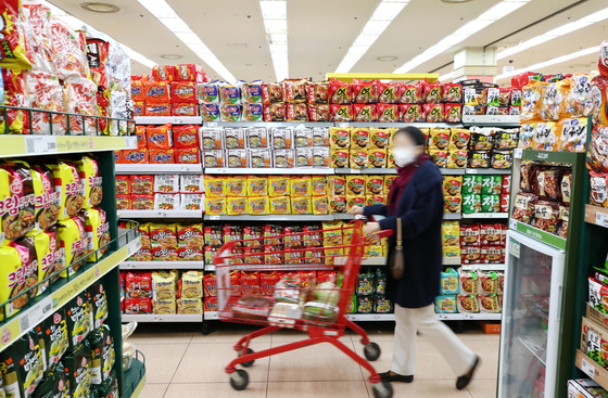 A customer shops for ramyeon at a big supermarket in central Seoul on Monday. According to Korea Customs Service, exports of ramyeon between January and November jumped up 28.4 percent compared to the same period a year earlier to $549.7 million. [YONHAP]