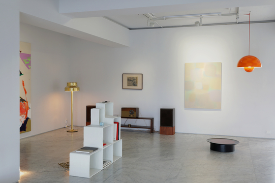 """The exhibition """"Time in Space: The Life Style"""" at PKM Gallery in central Seoul presents artworks by old masters and contemporary artists along with vintage furniture pieces as if the galley space were the house of a stylish collector. [PKM GALLERY]"""