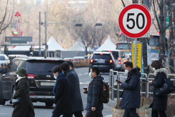 The Seoul Metropolitan Police Agency announced on Monday that all major roads in the capital city will be subject to a speed limit of 50 kilometers per hour (31 miles per hour). The police will begin to crack down on speed limit violators in March 2021. [NEWS1]