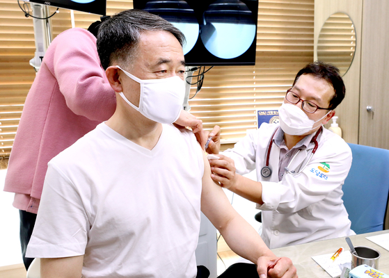 Health Minister Park Neung-hoo gets a flu shot in a hospital in Seoul on Oct. 27. [NEWS1]