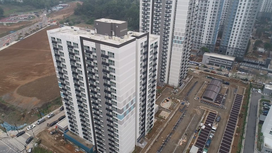 """The """"Happy Housing"""" complex built in Hyangdong District, Goyang in Gyeonggi has mini solar panels installed in the verandas of each household. It is expected to help residents reduce carbon emissions and also save money on their electricity bills. [GOYANG CITY GOVERNMENT]"""