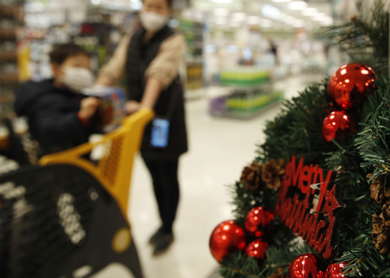 Customers shop for Christmas decorations at an Emart branch in Yongsan District, central Seoul, on Dec. 14. [NEWS1]