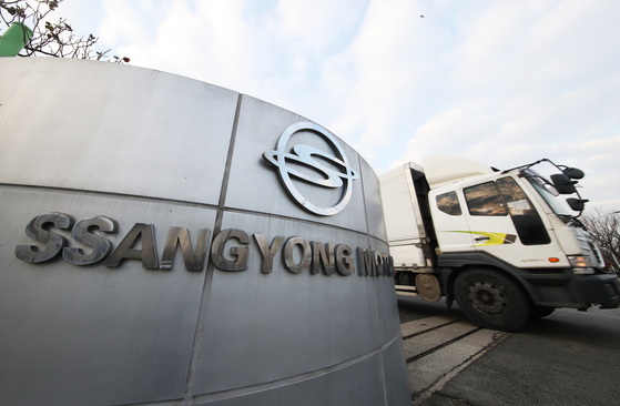 Entrance of SsangYong Motor's Pyeongtaek factory in Incheon on Monday. The cash-strapped automaker filed for court receivership due to a liquidity problem. [YONHAP]