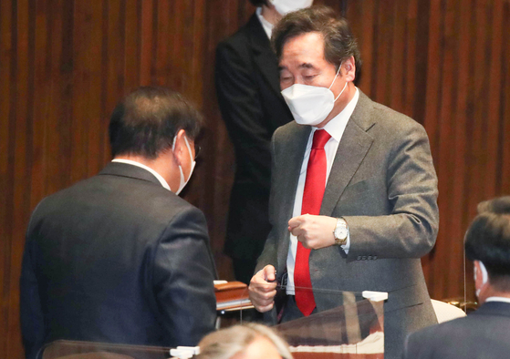 Ruling Democratic Party (DP) Chairman Rep. Lee Nak-yon, right, gives a fist bump to DP floor leader Rep. Kim Tae-nyeon at the National Assembly on Dec. 14 after their party successfully passed a bill criminalizing the distribution of propaganda leaflets to North Korea on the inter-Korean border. [YONHAP]