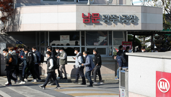 Kia Motors' morning-shift workers at its Gwangju factory leave work at around 11:10 a.m. on Nov. 25 as they went on a partial walkout where they worked for four hours per day out of their regular eight-hour shift. [YONHAP]