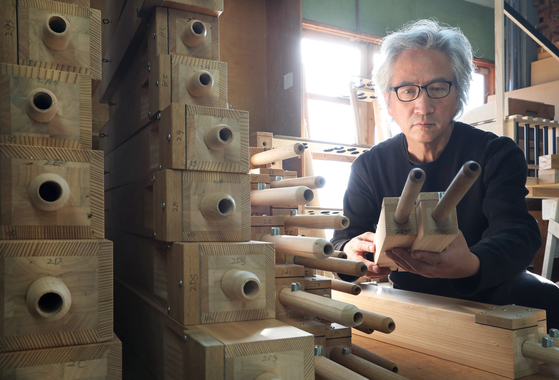 Orgelbaumeister Hong Sung-hoon arranges wood pipes. [PARK SANG-MOON]