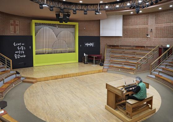 An organ made by Hong Sung-hoon with pipes shaped into a landscape scene at Guksu Church in Yangpyeong, Gyeonggi. [PARK SANG-MOON]