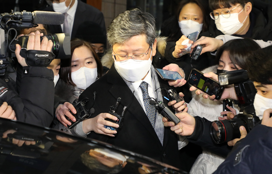 Vice Minister of Justice Lee Yong-gu leaves the ministry building on Wednesday after attending a hearing of the disciplinary committee that issued a two-month suspension against Prosecutor General Yoon Seok-youl. [YONHAP]