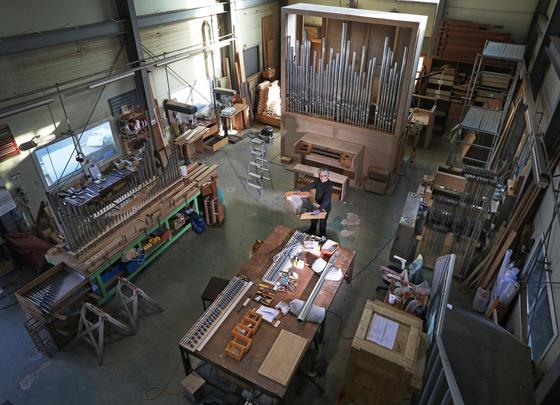 A panoramic view of orgelbaumeister Hong Sung-hoon's studio in Yangpyeong, Gyeonggi. [PARK SANG-MOON]